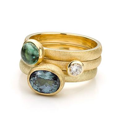 Gouden ringen met edelstenen.