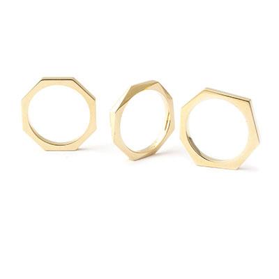 Gouden hoekige ringen.