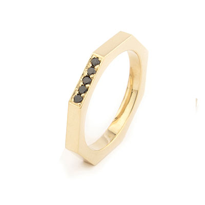 Ring van goud met zwarte diamant.
