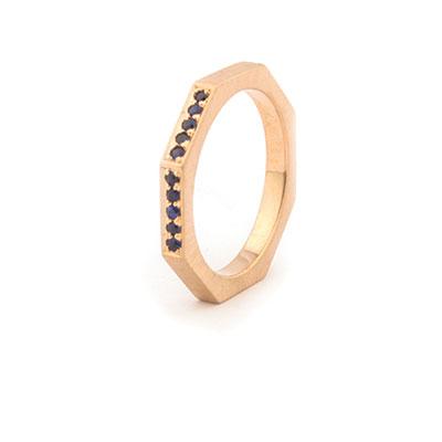 Roodgouden ring met blauwe saffier.