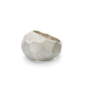Zilveren ring met vlakken groot.