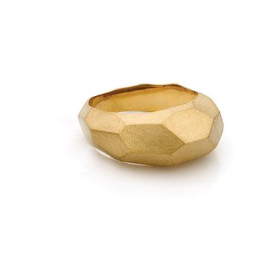 Gouden ring met vlakken.