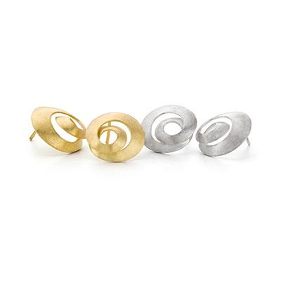 Oorstekers van goud en zilver.