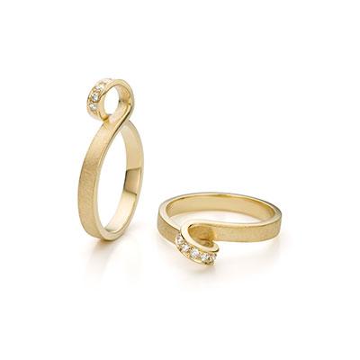 Gouden ring met diamantjes.