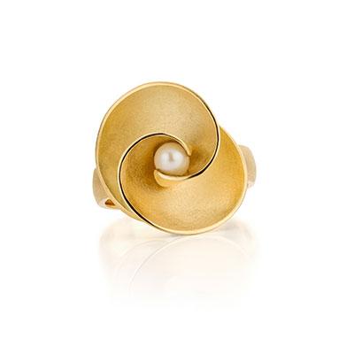 Gouden ring met pareltje.