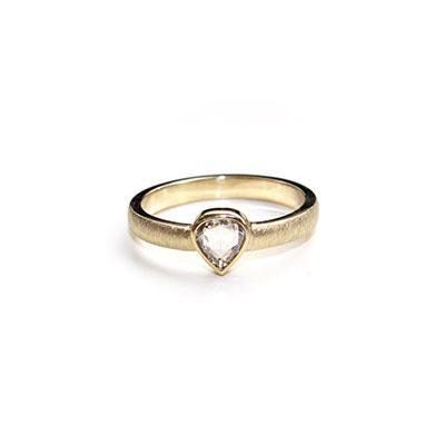 Trouwring met druppelvormige diamant.